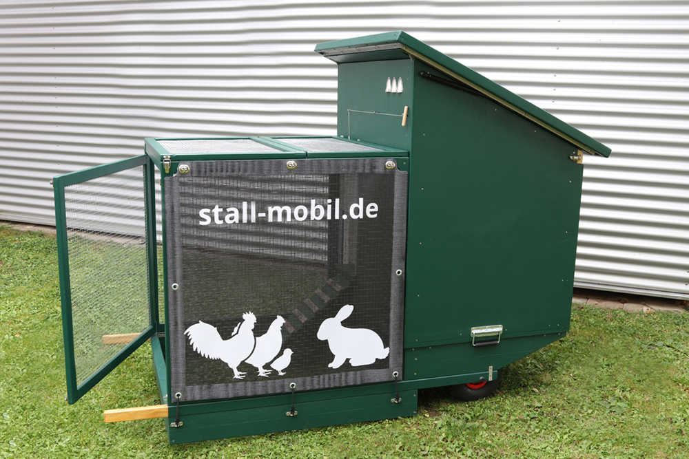 Mobiler Stall Voliere geöffnet